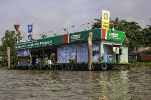 Tankstelle am Fluss